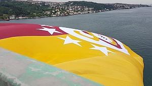 Şampiyon Galatasaray'ın Bayrağı Köprüye Asıldı