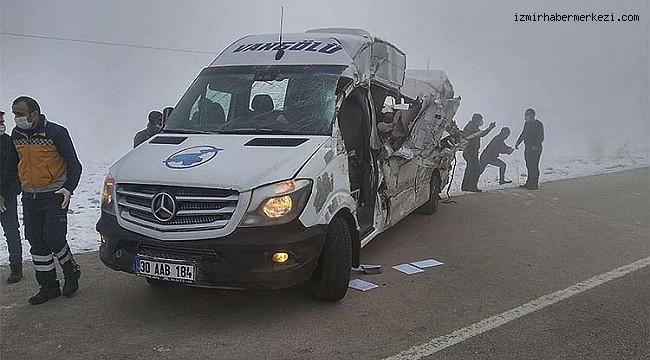 Minibüs ile tır çarpıştı: 4 ölü 5 yaralı